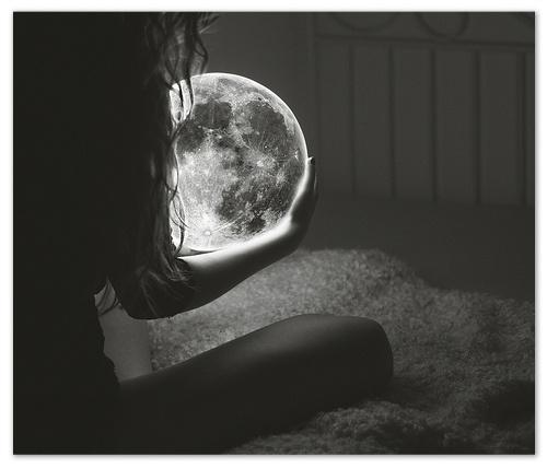 lune-dans-les-mains