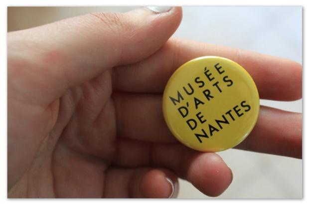 badge musée d'art nantes jaune.jpg